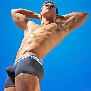 Le sous-vêtement pour homme est une arme cachée de séduction: il vous donne confiance en vous! Trouvez vos chaussettes dans nos rayons et remplacez les paires désuètes qui hantent vos placards.